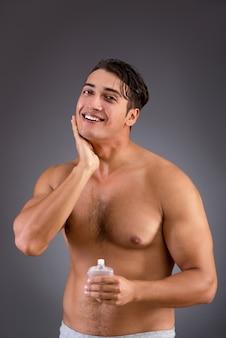 Człowiek po wzięciu prysznic w koncepcji