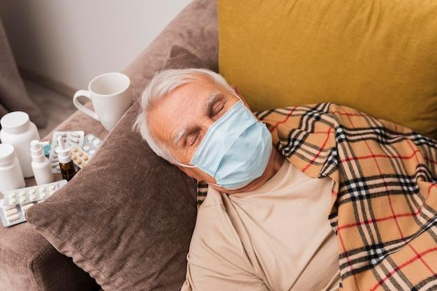 Człowiek pod wysokim kątem śpi z maską