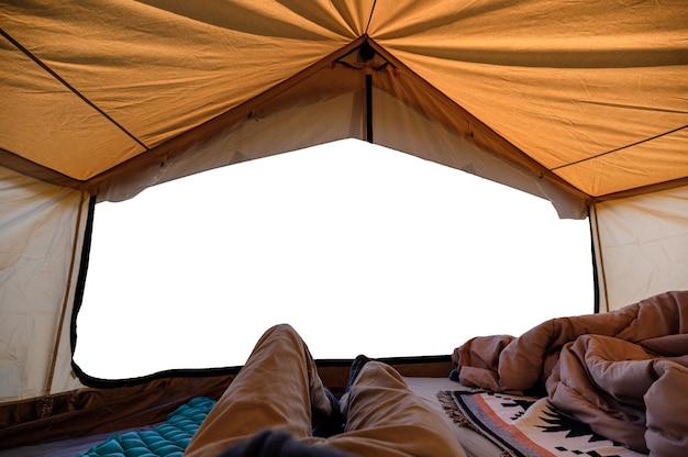Człowiek podróżnik relaks wewnątrz żółtego namiotu i wejście puste sceny w wakacje. koncepcja kempingu i wypoczynku leisure