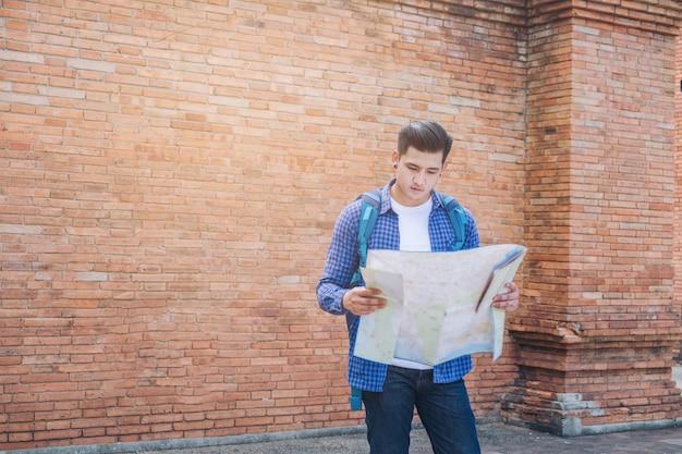 Człowiek podróży modny wygląd kierunek wyszukiwania na mapie lokalizacji