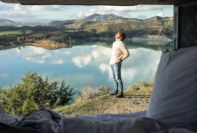 Człowiek podziwiający przyrodę podczas podróży samochodowej