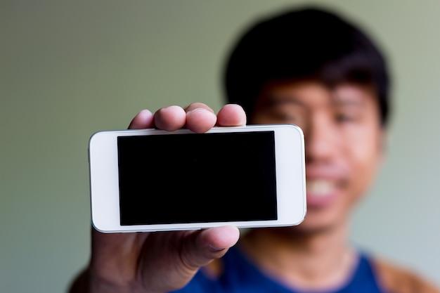 Człowiek pokazuje jego inteligentny telefon