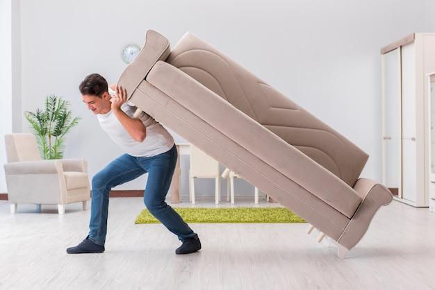 Człowiek porusza meble w domu