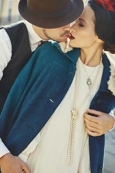 Człowiek posiada kobieta ubrana w styl przetargu 30s styl na starej ulicy