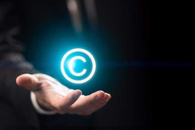 Człowiek posiada prawa autorskie do znaku patentowego