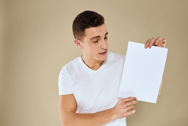 Człowiek posiadający białą kartkę papieru w ręku billboard kopia przestrzeń biuro