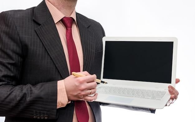 Człowiek posiadający biały laptop na białej powierzchni