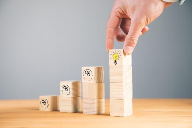 Człowiek posiadający ciekawy pomysł lub innowacyjny pomysł na drewniane kostki