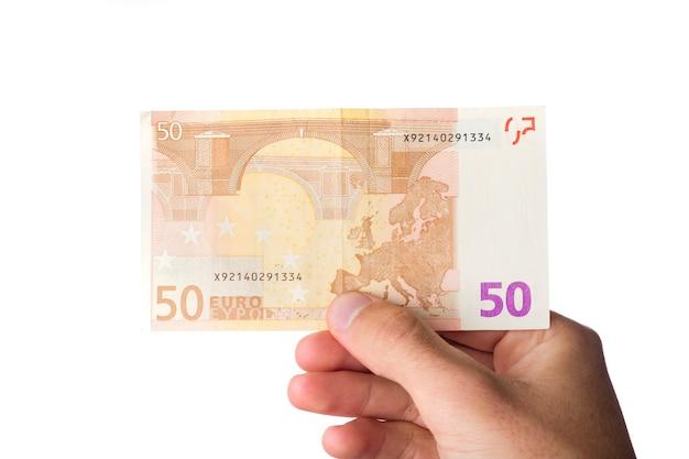 Człowiek posiadający euro rachunki na białym tle.
