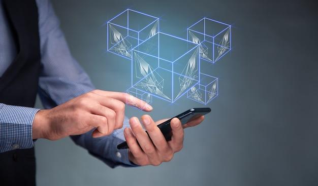 Człowiek posiadający inteligentny telefon z ikoną modułu