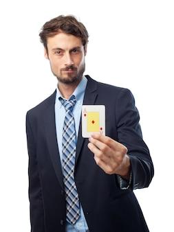 Człowiek posiadający kartę do gry