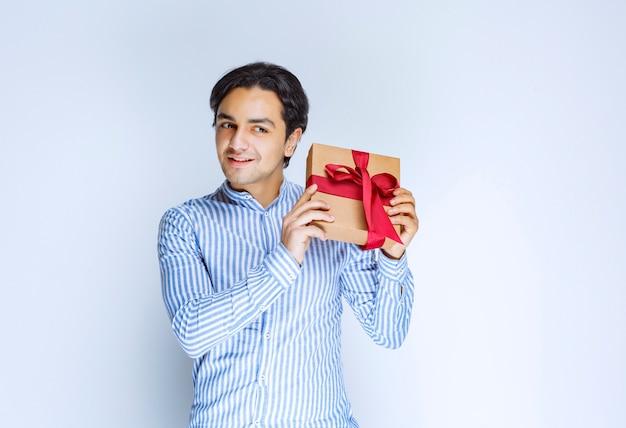 Człowiek posiadający kartonowe pudełko. zdjęcie wysokiej jakości
