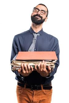 Człowiek posiadający kilka notatek kolegium