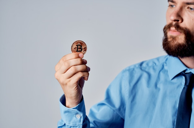 Człowiek posiadający kryptowalutę w ręku bitcoin wirtualne pieniądze technologii gospodarki. zdjęcie wysokiej jakości