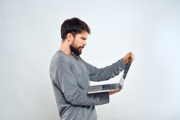 Człowiek posiadający laptop internet komunikacja styl życia technologia studio światła