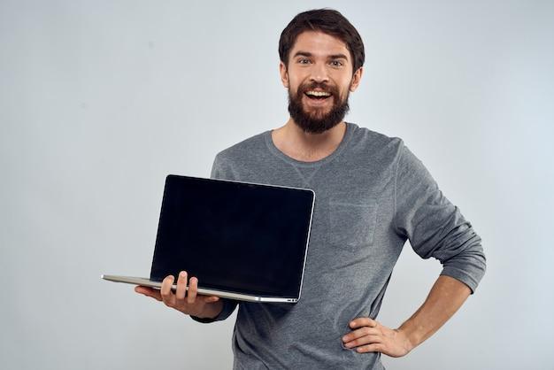 Człowiek posiadający laptop technologii komunikacji internetowej pracy