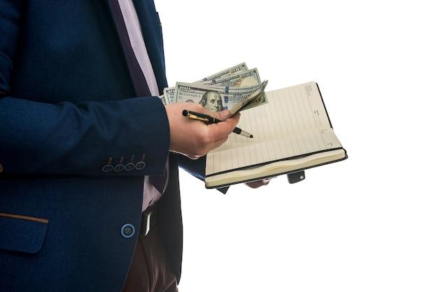Człowiek posiadający otwarty notebook podpisuje umowę zakupu lub dzierżawy z gotówką na białym tle