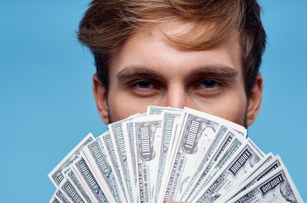 Człowiek posiadający pieniądze zbliżenie bogactwo sukcesu niebieski