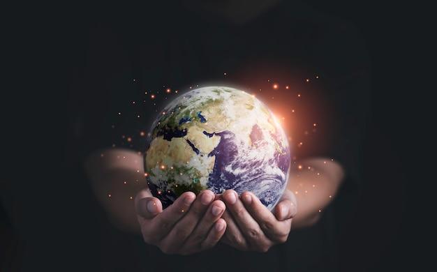 Człowiek posiadający planetę dwiema rękami na dzień ziemi i koncepcja oszczędzania energii środowiska, element tego obrazu z nasa i renderowania 3d.