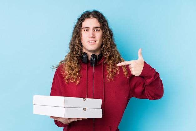 Człowiek posiadający pudełka po pizzy w studio