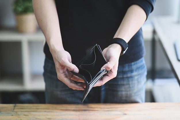 Człowiek posiadający pusty portfel. koncepcja upadłości, bezrobocia i kryzysu finansowego.