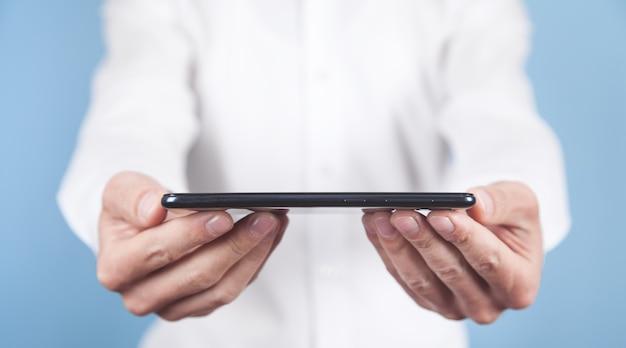 Człowiek posiadający smartfon. koncepcja technologii