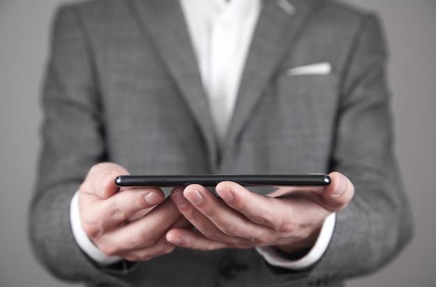 Człowiek posiadający smartfon