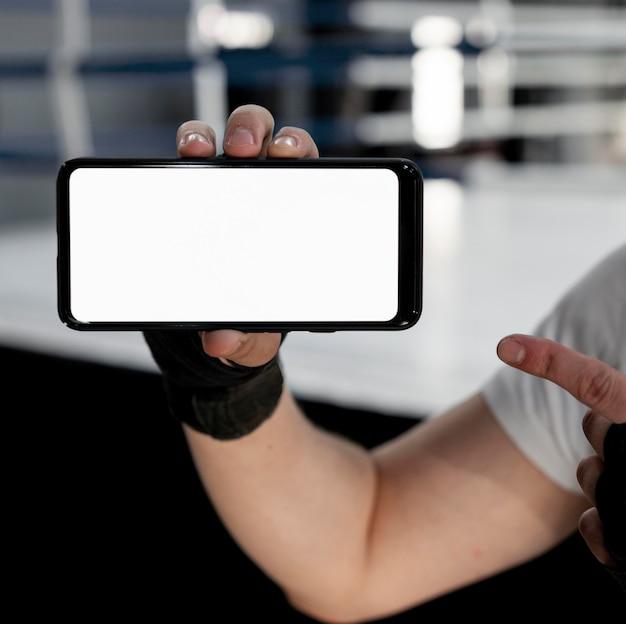 Człowiek posiadający telefon komórkowy