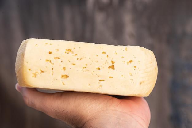 Człowiek posiadający tradycyjny brazylijski ser