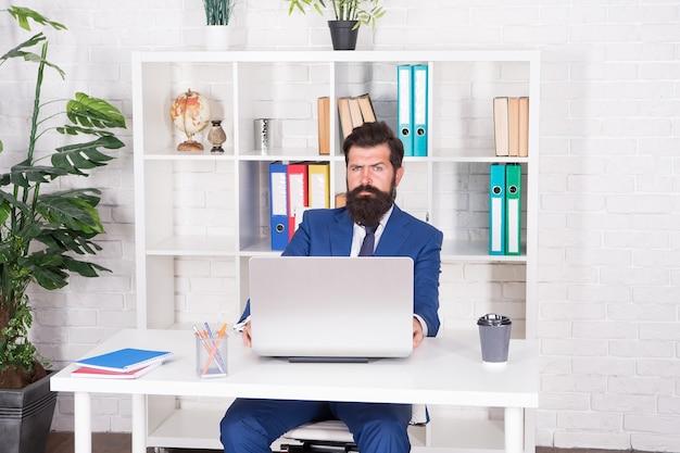 Człowiek poważny księgowy w biurze laptopa biznesu online, koncepcja przechowywania w chmurze.