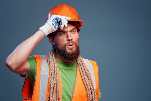 Człowiek pracujący budowlane forum pomarańczowy kask bezpieczeństwa ciężka praca