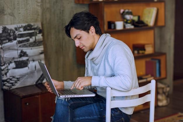 Człowiek pracujący na laptopie z odległego biura domowego. zdjęcie wysokiej jakości