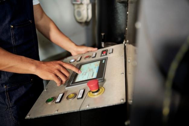 Człowiek pracujący na wyposażeniu maszyny