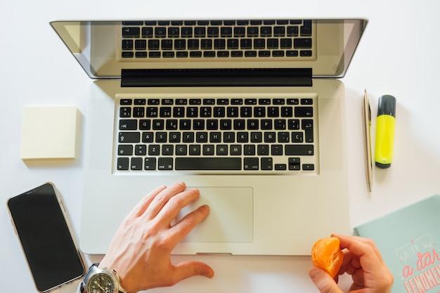 Człowiek pracujący w domu z laptopem