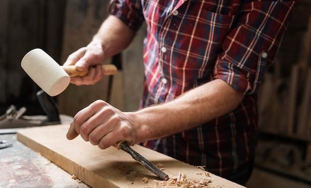 Człowiek pracujący z drewnem w warsztacie