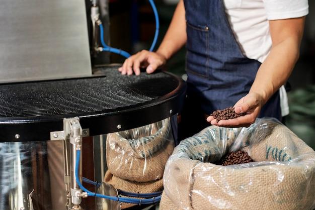 Człowiek pracujący z jakością kawy