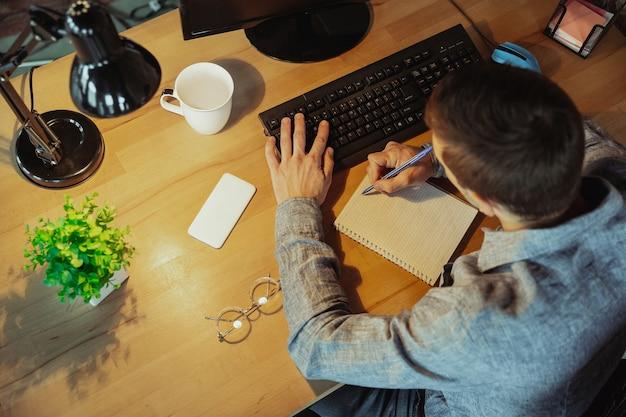 Człowiek pracujący z koncepcji zdalnego biura w domu