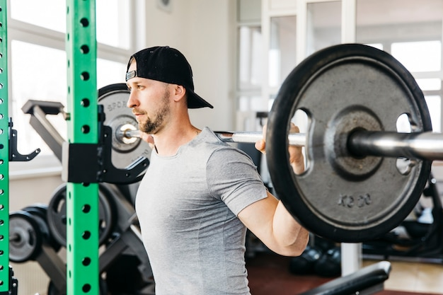 Człowiek pracuje na siłowni