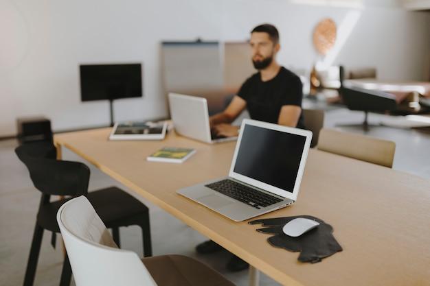Człowiek pracuje na swoim laptopie