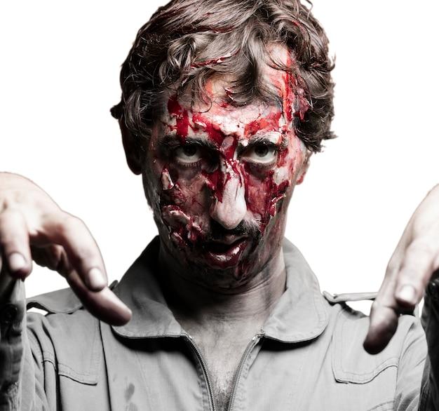 Człowiek przebrany za zombie