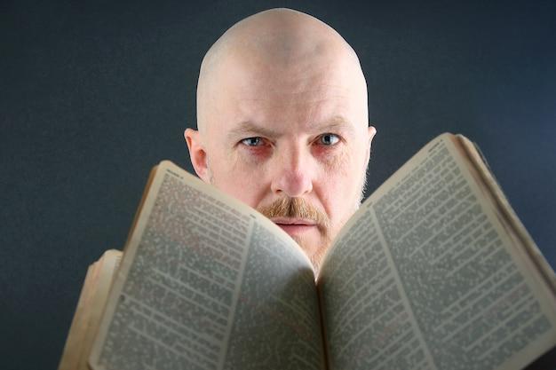 Człowiek przegląda otwartą biblię