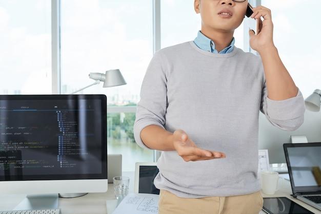 Człowiek przez telefon