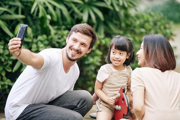 Człowiek przy rodzinnym selfie