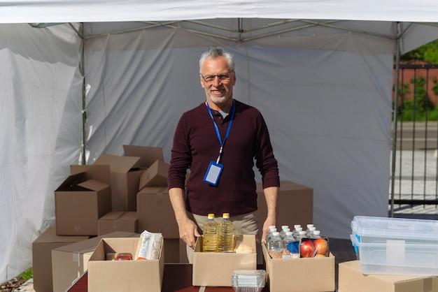 Człowiek przygotowujący bank żywności dla biednych ludzi