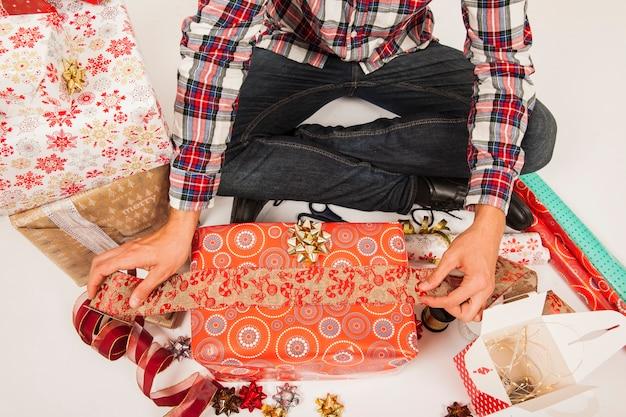 Człowiek przygotowuje pudełka na prezenty