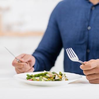 Człowiek przygotowuje się do jedzenia na obiad walentynki