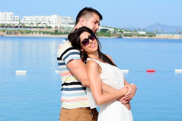 Człowiek przytulając kobietę