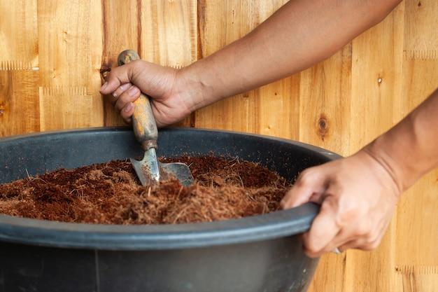 Człowiek ręce przygotowanie gleby do sadzenia
