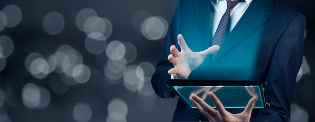 Człowiek ręką dotykając ekranu na nowoczesnym cyfrowym tablecie