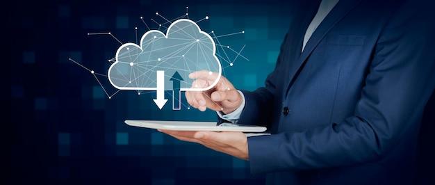 Człowiek ręka trzyma tablet z sieci w chmurze